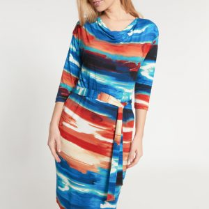 Kolorowa wiązana sukienka z dekoltem woda