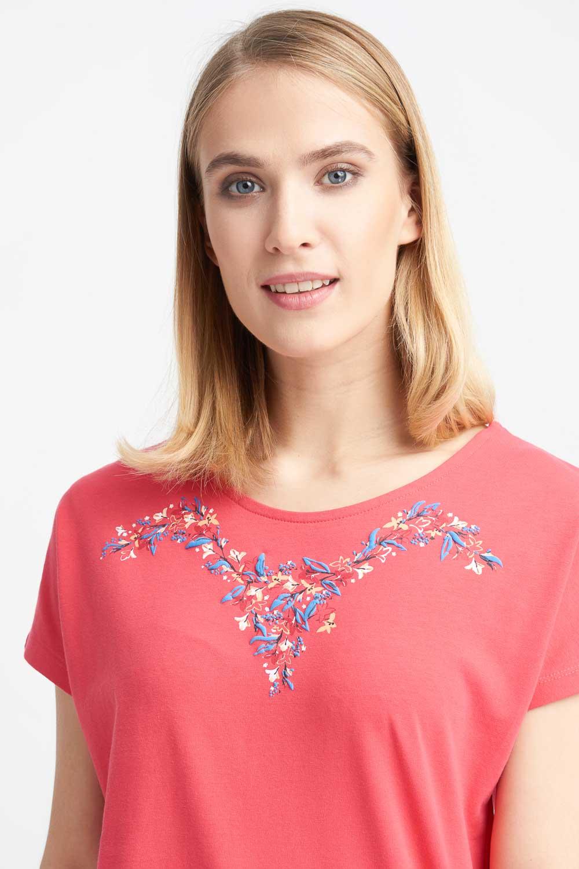 Koralowa bluzka z haftowanym wzorem