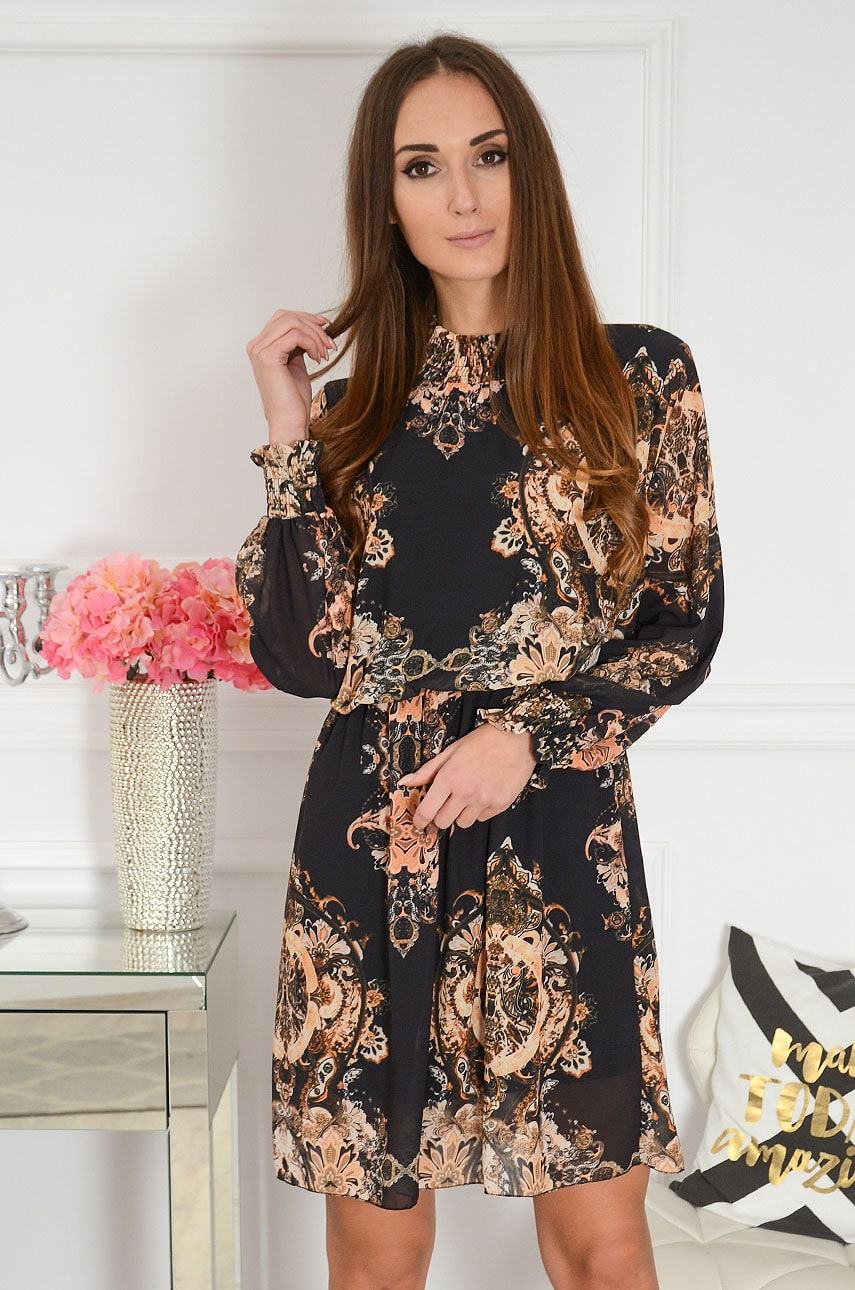 Sukienka z marszczoną stójką w ornamenty czarna Trissa Rozmiar: UNI